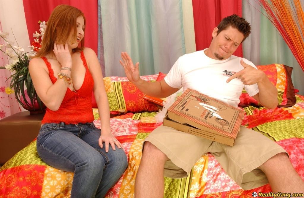 Джинджер Блейз повезло, в коробке с пиццей оказался толстый бонус – стоячий хер разносчика, готовый к сексу