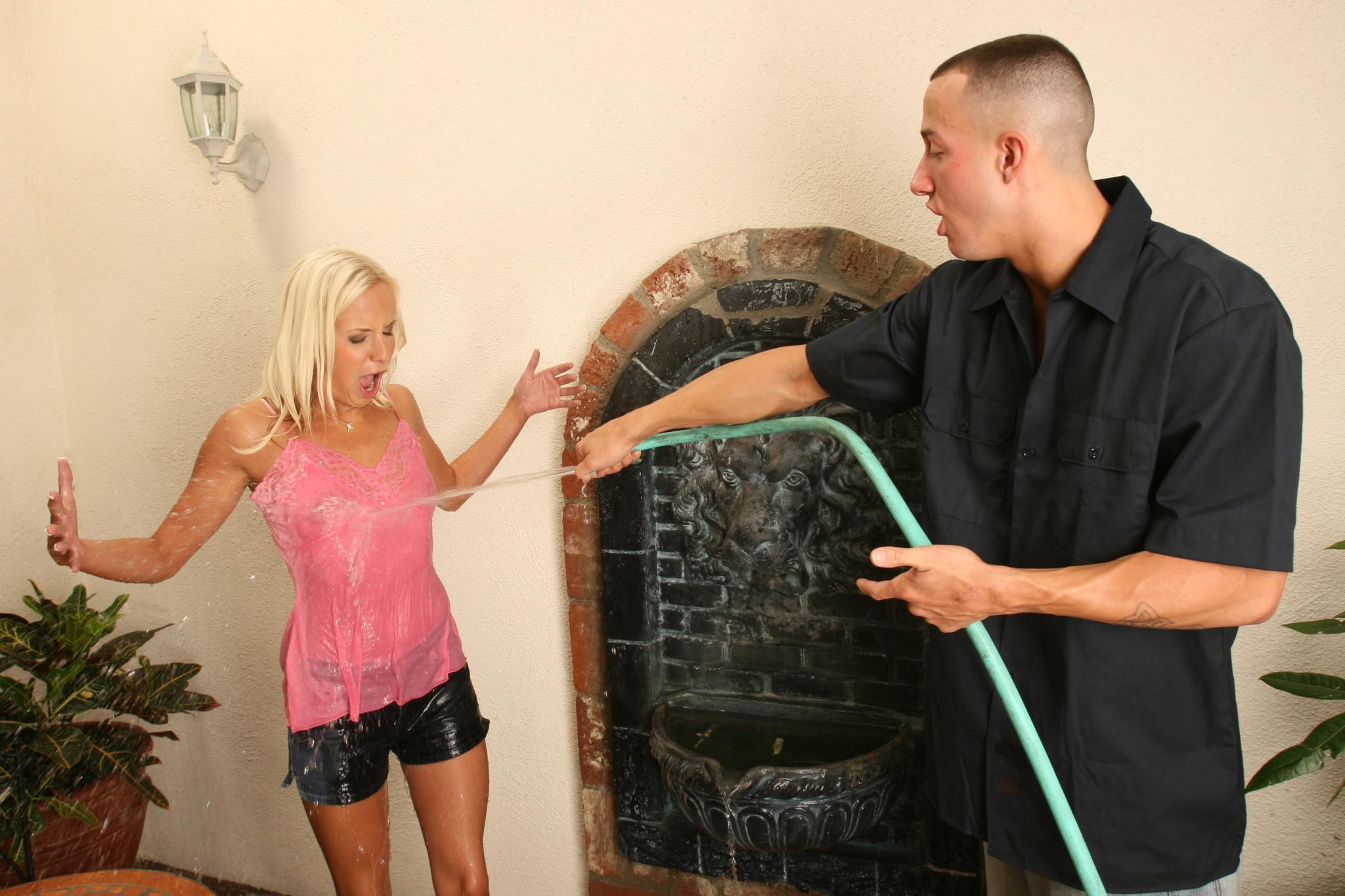Эден Ажамс пригласил соседку в дом, облил водой и дал отсосать большой член, хоть она и боялась его брать