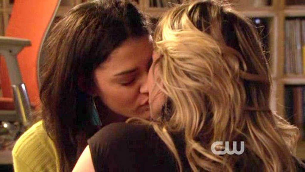 Откровенные кадры из знаменитого сериала «Сплетница», две симпатичные девушки лебиянки целуются, одна из них Хилари Даф