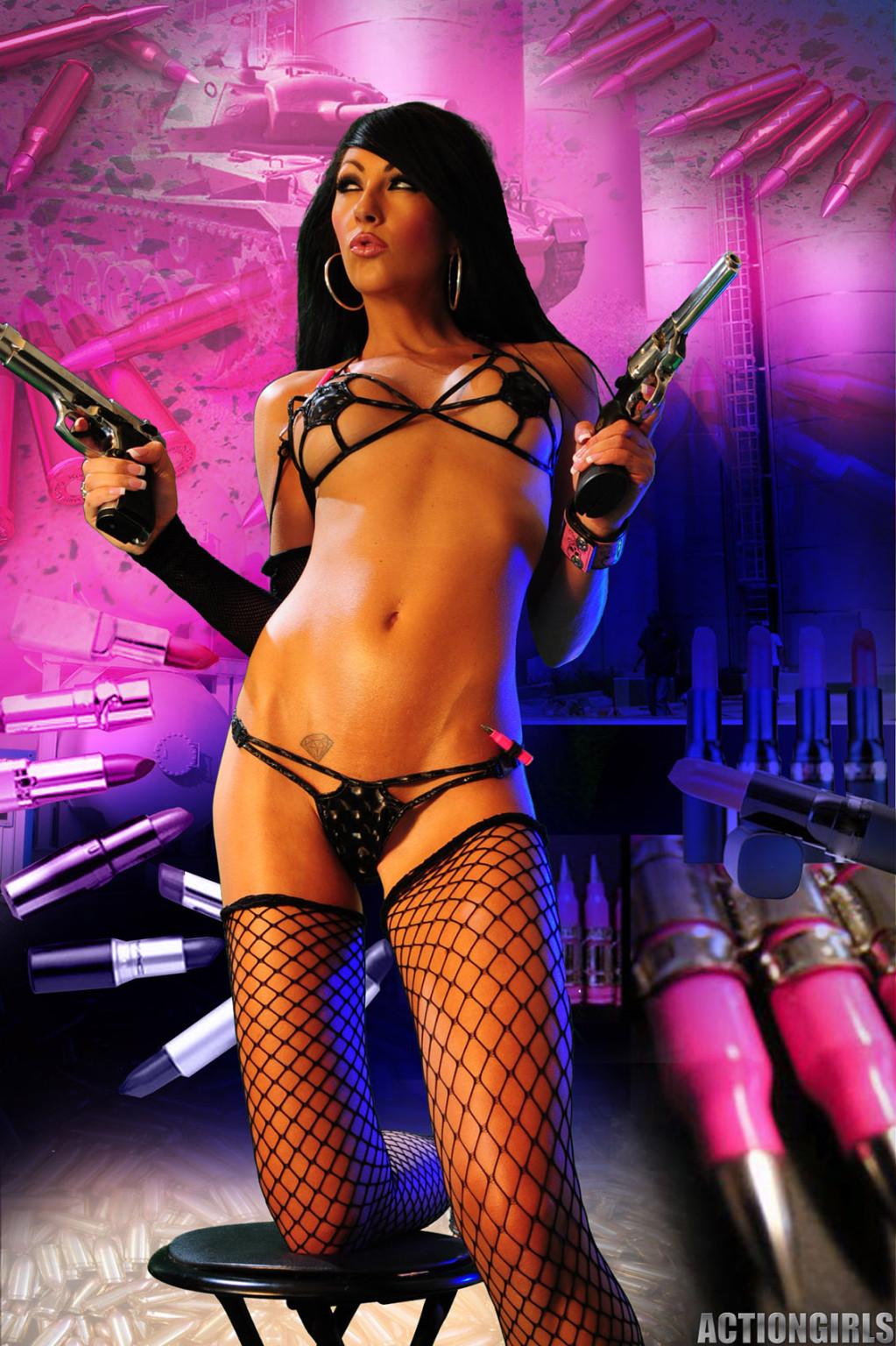 Мисс Чаллис на откровенных фото в белье, чулках и высоких каблуках выглядит просто супер, а с пистолетом еще и опасно