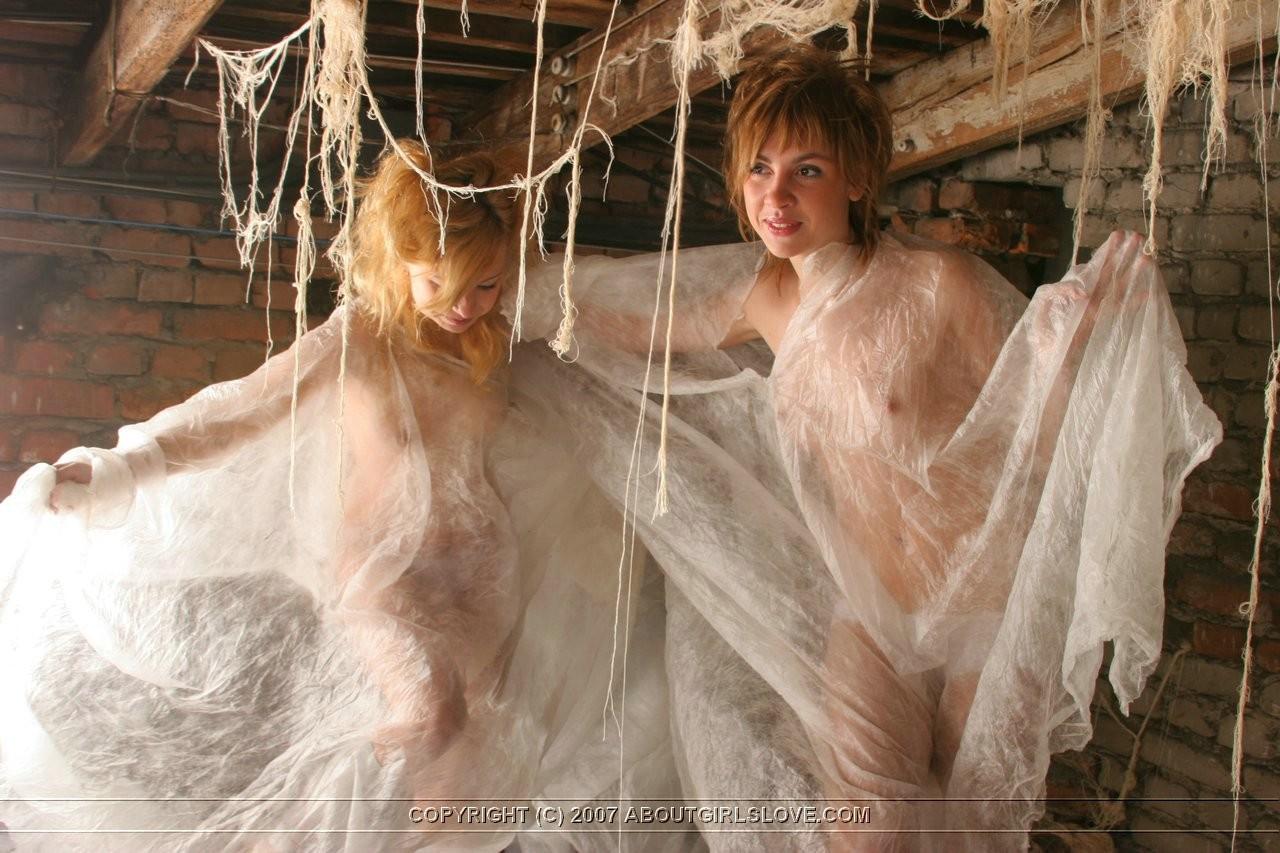 На Хелоуин девки залезли на чердак и поиграли в привидений