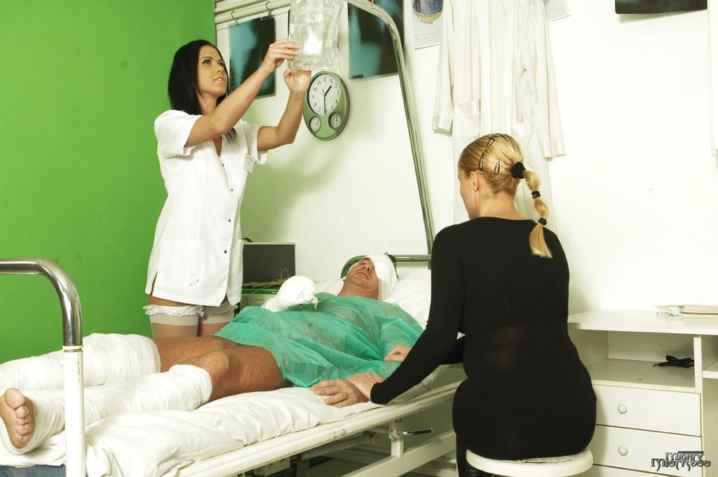 Медсестра сосет хуй у лежачего пациента