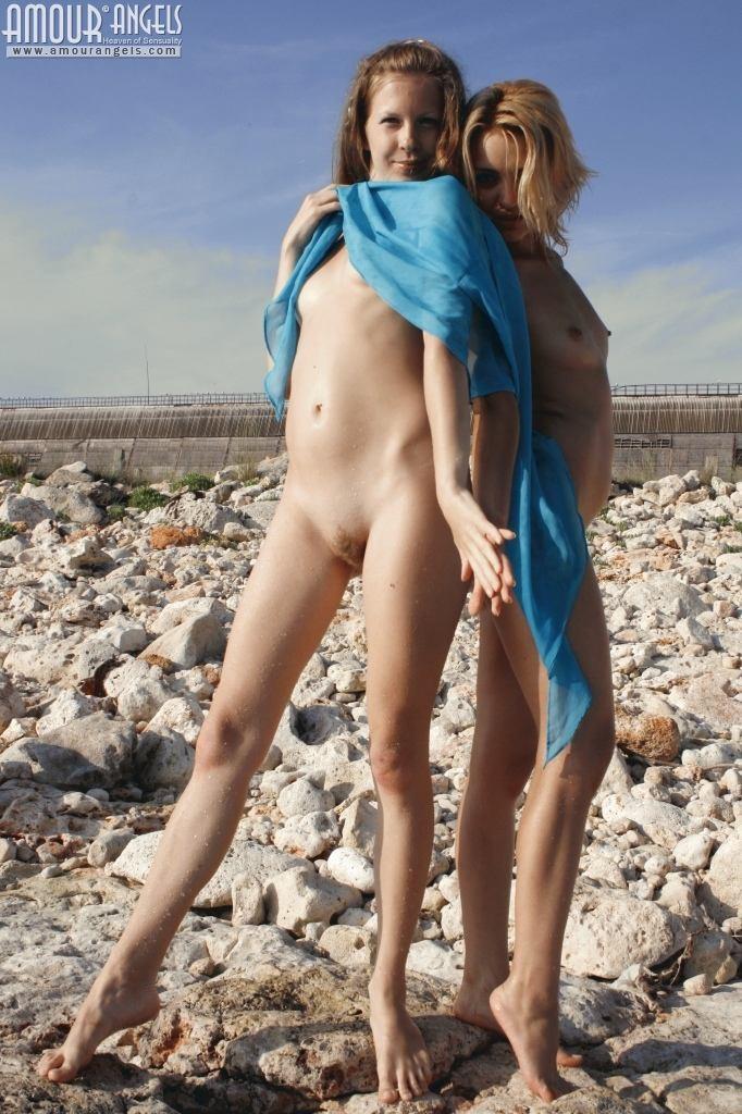 Две подружки отдыхают на берегу моря, показывая свои стройные обнаженные тела – им есть, чем похвастаться