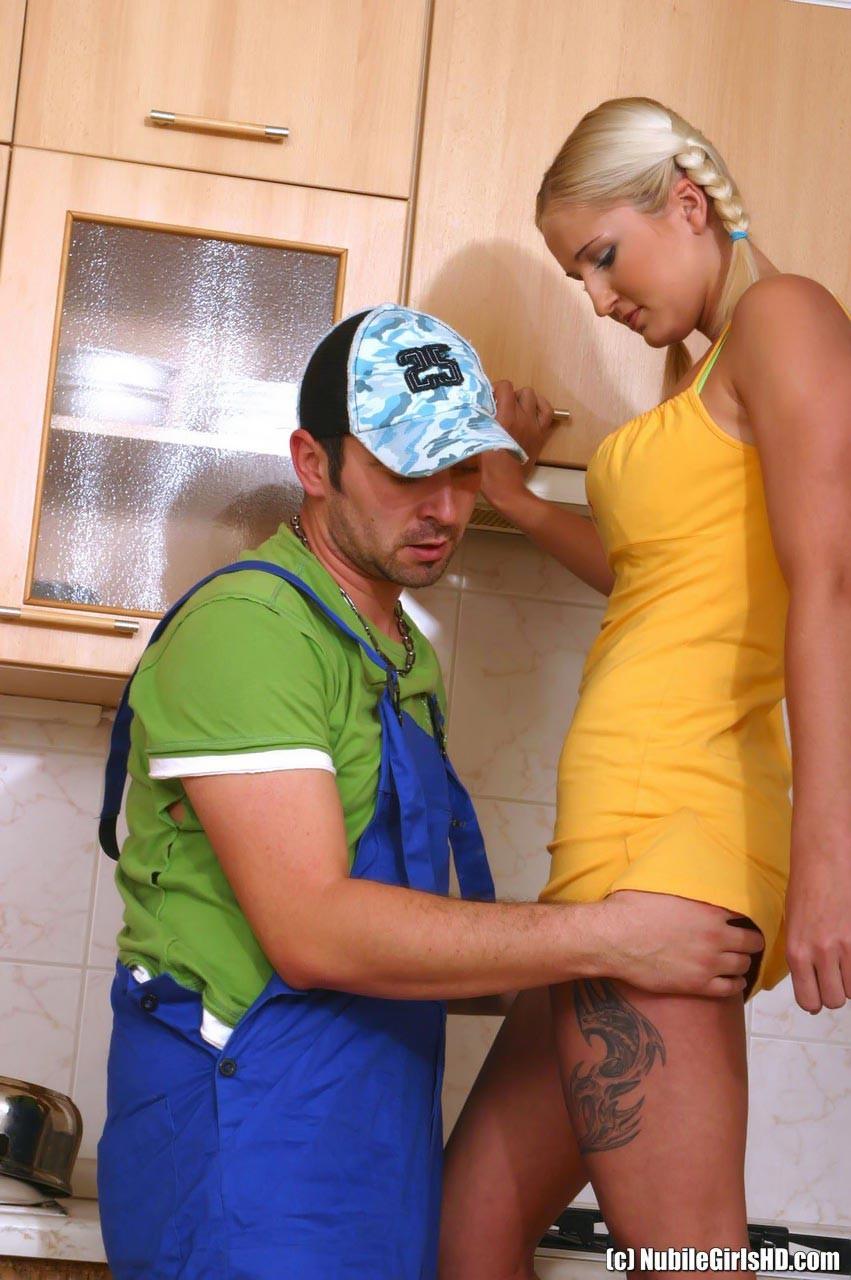 Одинокая блондинка вызвала на дом сантехника, чтобы трахнуться с ним