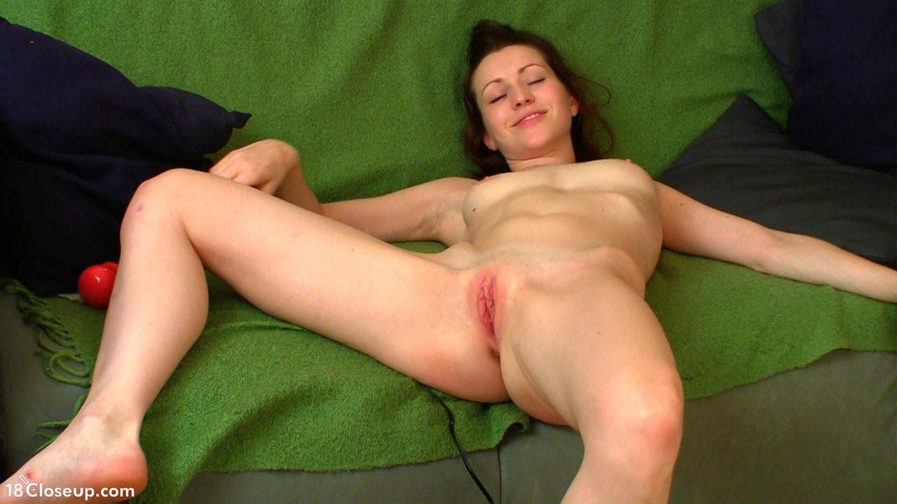 Женщина показывает, как сокращается ее матка во время оргазма