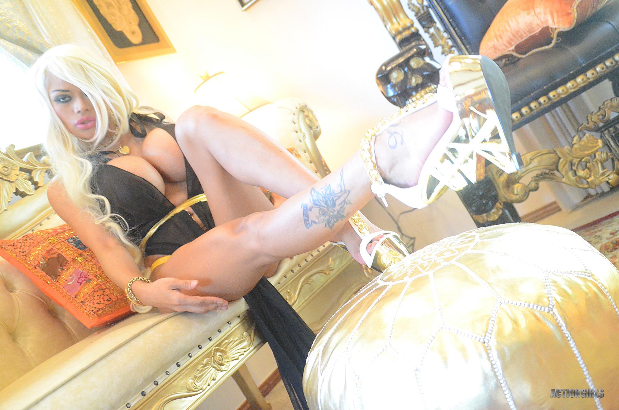 Арми Филд – соблазнительная блондинка с огромными силиконовыми буферами, которые она обнажает не сразу