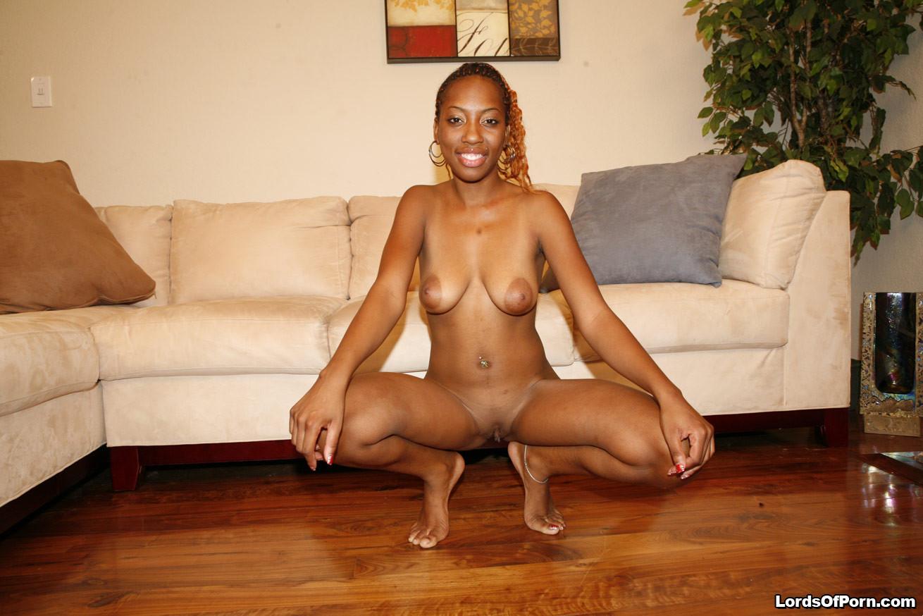 Любительское порно, где двое темнокожих – парень и девушка, трахаются на диване в гостиной