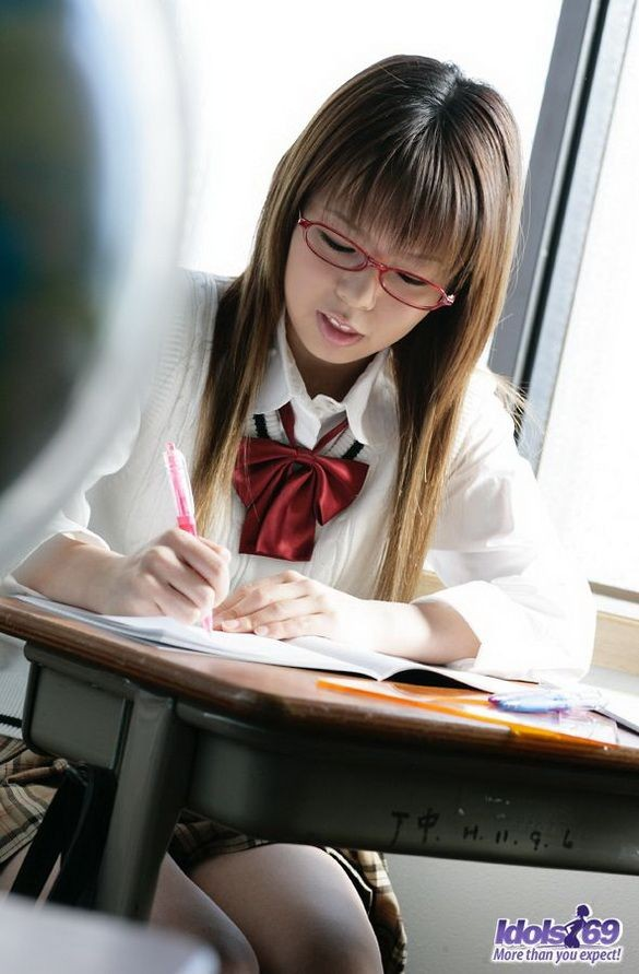 Волосатая пизда японки Юме Кимино отлично выглядит без трусиков, когда эта шалунья снимает их в классе