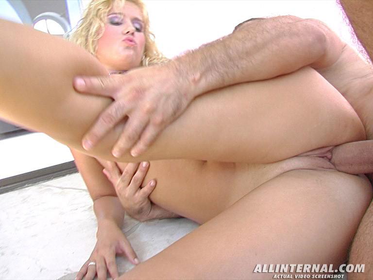Блондинка Сара с большой задницей трахнулась с парнем, которому нравится, чтобы его сперму глотали до последней капли