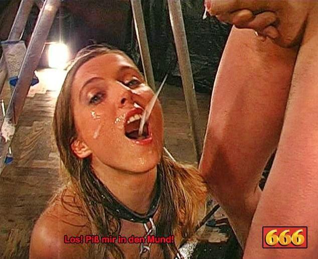 Куча спермы и мочи смешались во рту этой бляди