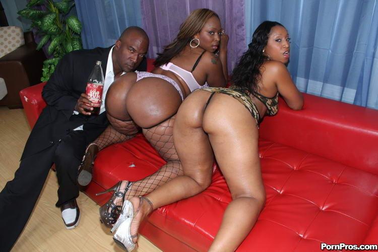 Две пышные темнокожие дамочки показывают свои тела, подставляя себя для ласк возбужденному негру