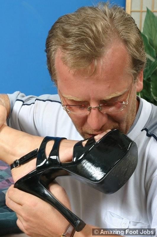 Мужчина лизал туфли, а затем сняв их, пальцы ног зрелой латины