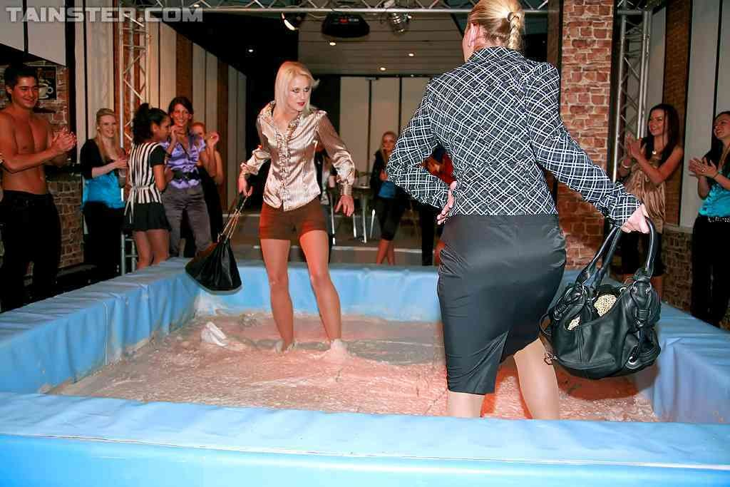 Телки, которые дерутся в грязи, собирают тысячи зрителей, мужики с удовольствием смотрят на мокрых женщин и их обнаженные тела