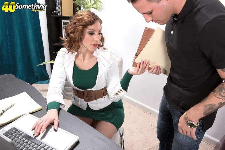 Начальница Бренди Минкс хочет трахаться, ее сотрудику приходится вытащить член из штанов и поработать им в горячей пизде телки