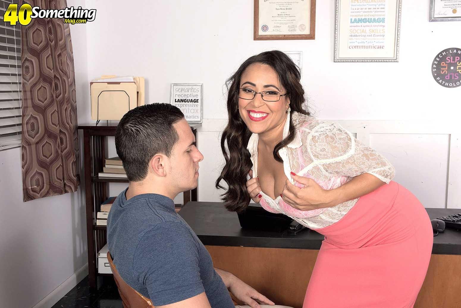 Зрелая пухлая женщина Габриэлла в порно, мильф трахается с сотрудником в офисе, у нее большая красивая задница