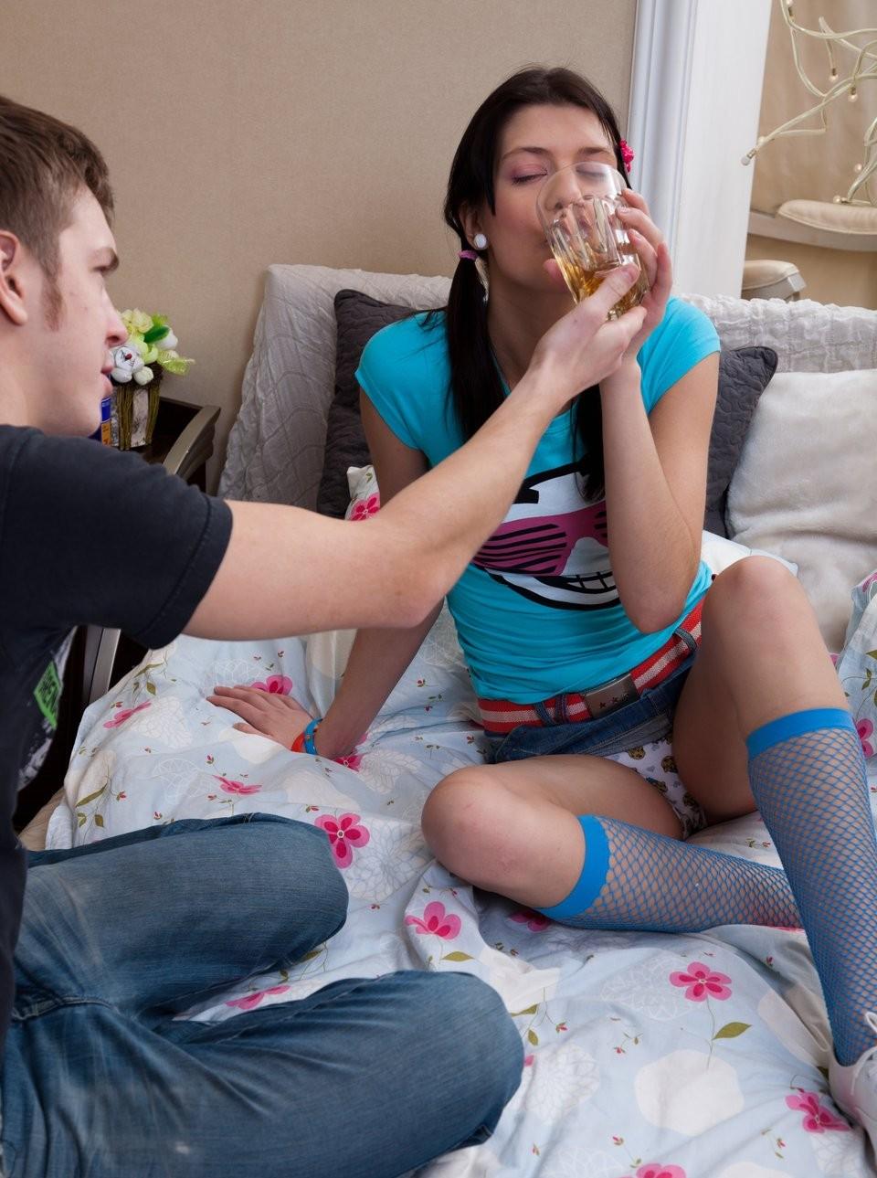 Парень предлагает подруге алкоголь, она расслабляется и подставляет свой анус для первого анального секса, порево будет незабываемым