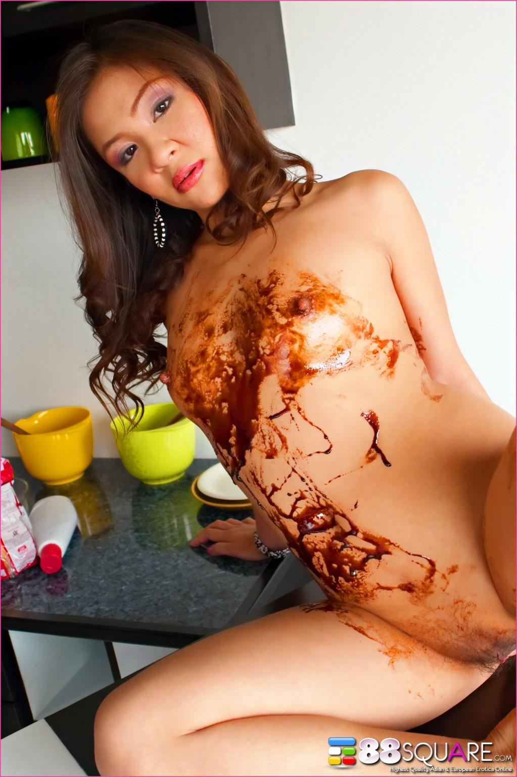 Азиатка предлагает слизать с нее шоколад