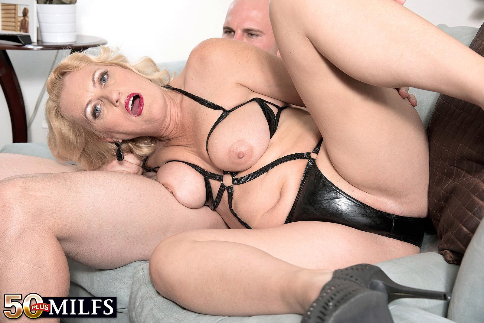 У горничной леди Дулбин особые пристрастия в сексе, ей нравится секс с элементами бдсм, ее работодателю тоже
