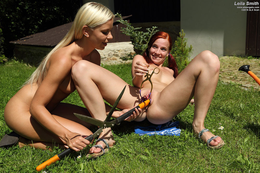 Опасные лесбийские игры с садовыми ножницами во дворе дома