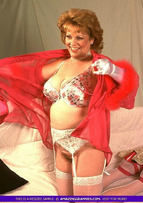Зрелая женщина в эротичном одеянии показывает свое тело, позволяя рассмотреть волосатую пизденку
