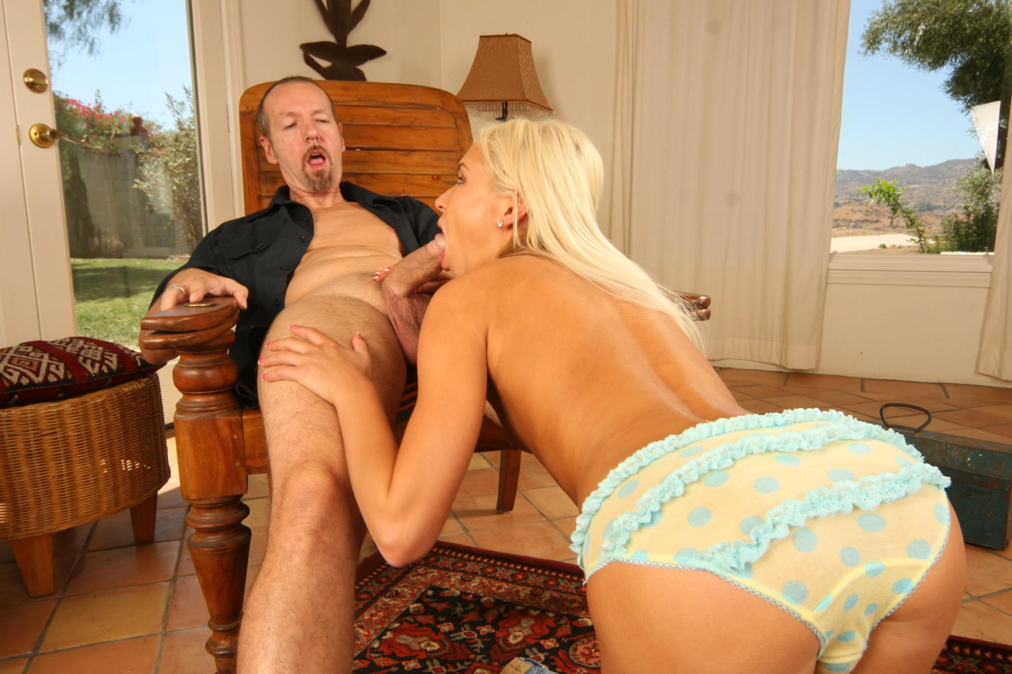 Сексуальная блондинка ублажает большой член ротиком, а затем подставляет свою аккуратную пизденку