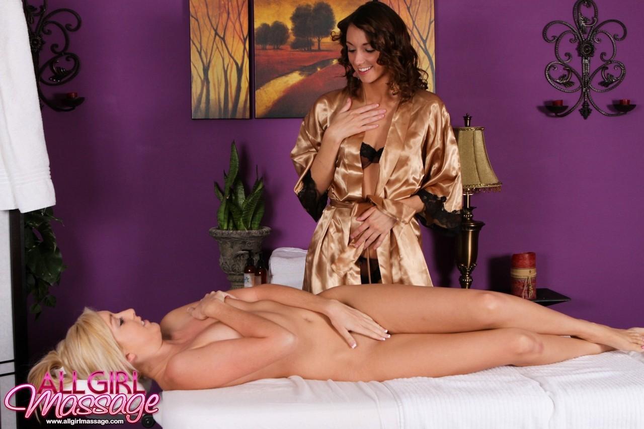 Калли Кобра и Кэти Джордан – красивые лесбиянки, им нравится лизать бритые вагины, поэтому они не сильно отвлекаются на массаж