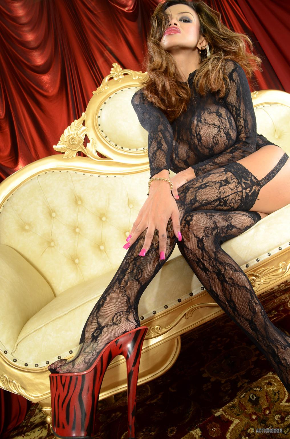 Шикарная Арми Флоренс с большими дойками не хочет выставлять их напоказ, поэтому прикрывает блузкой