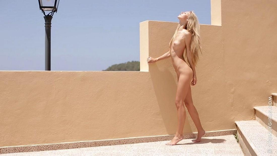 Анджелика голая на ярком солнце