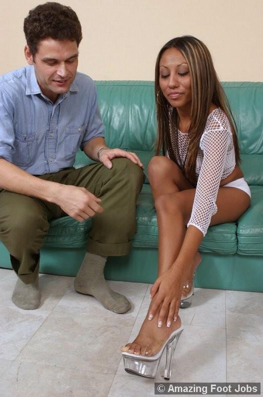 Черная милаха дала помассировать и полизать свои ножки белому мужчине
