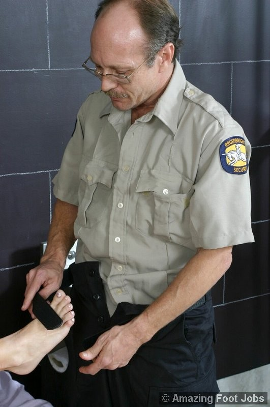 Заключенная блондинка совсем не прочь дать полизать свои ножки ее охраннику, ведь на большее он не претендует