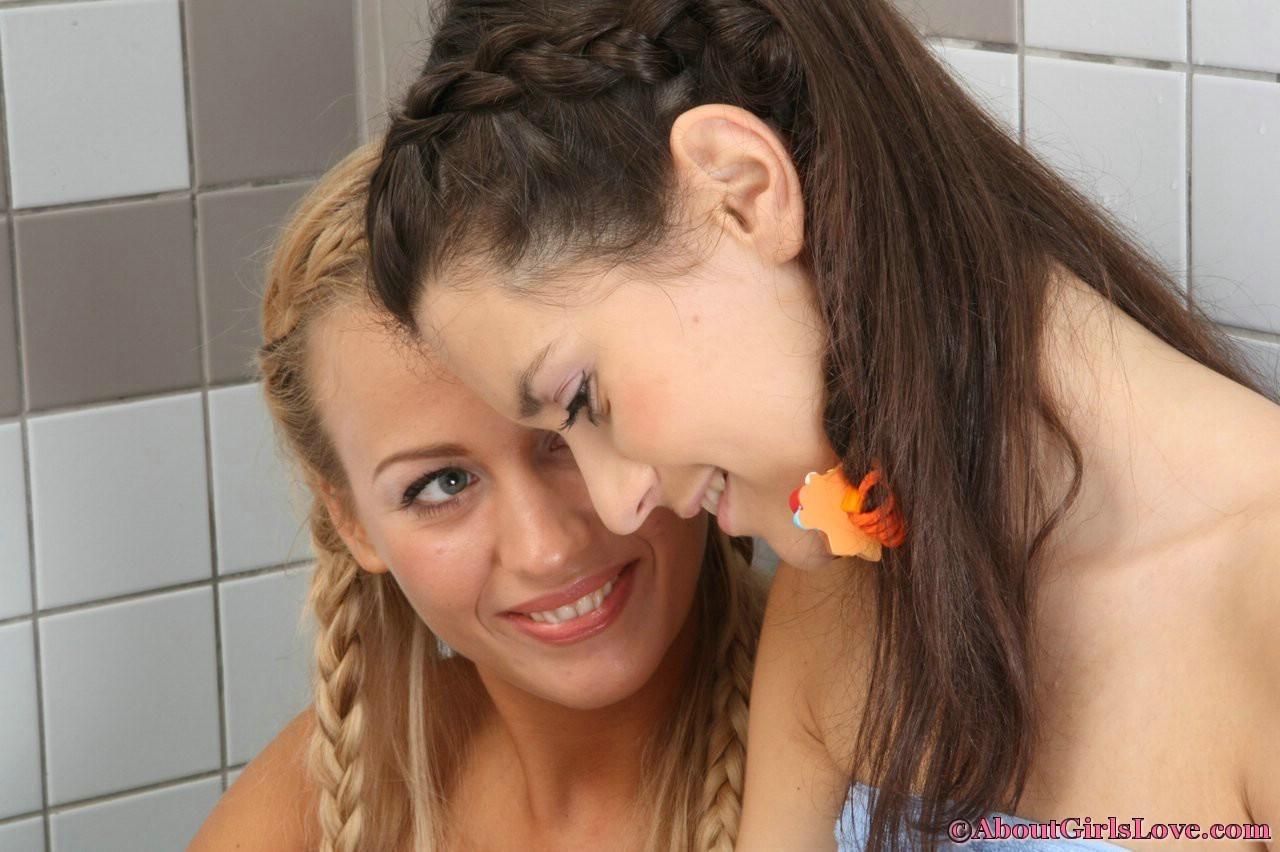 Две соблазнительные телочки ублажают друг друга язычками и с помощью искусственного фаллоса
