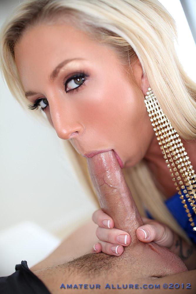 Гламурная блондинка позволяет себя оттрахать прямо в красивом синем платье и принимает сперму в ротик