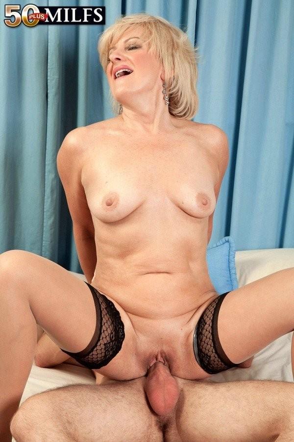 Зрелая блондинка собирала грязное белье и заглянула к квартиранту, он показался ей таким сексуальным, что она решила с ним трахнуться