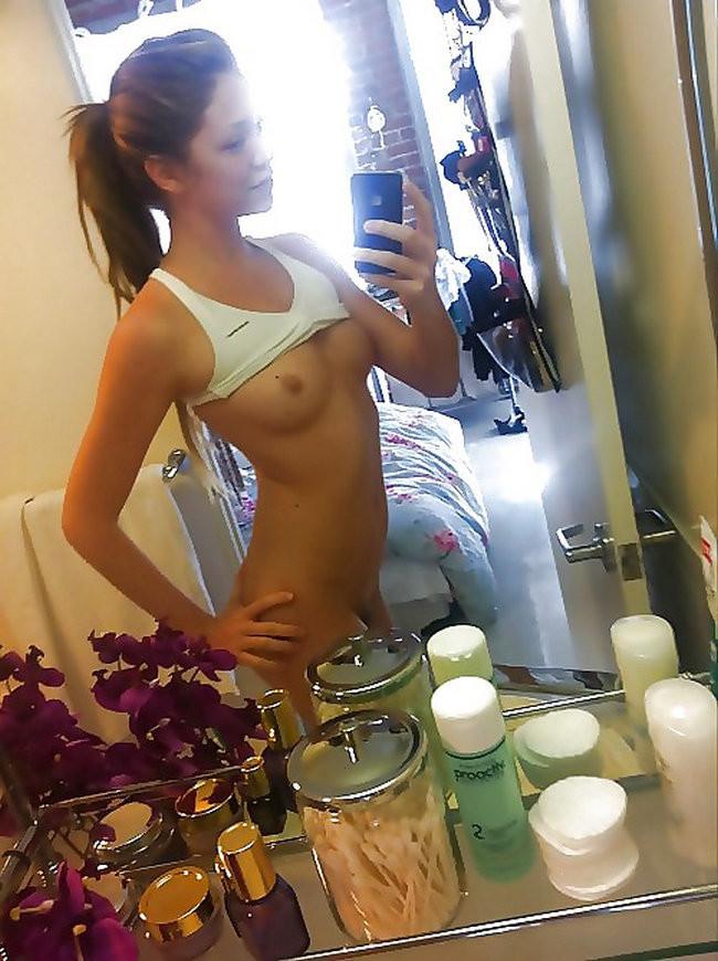 Голые телочки делают сексуальные селфи