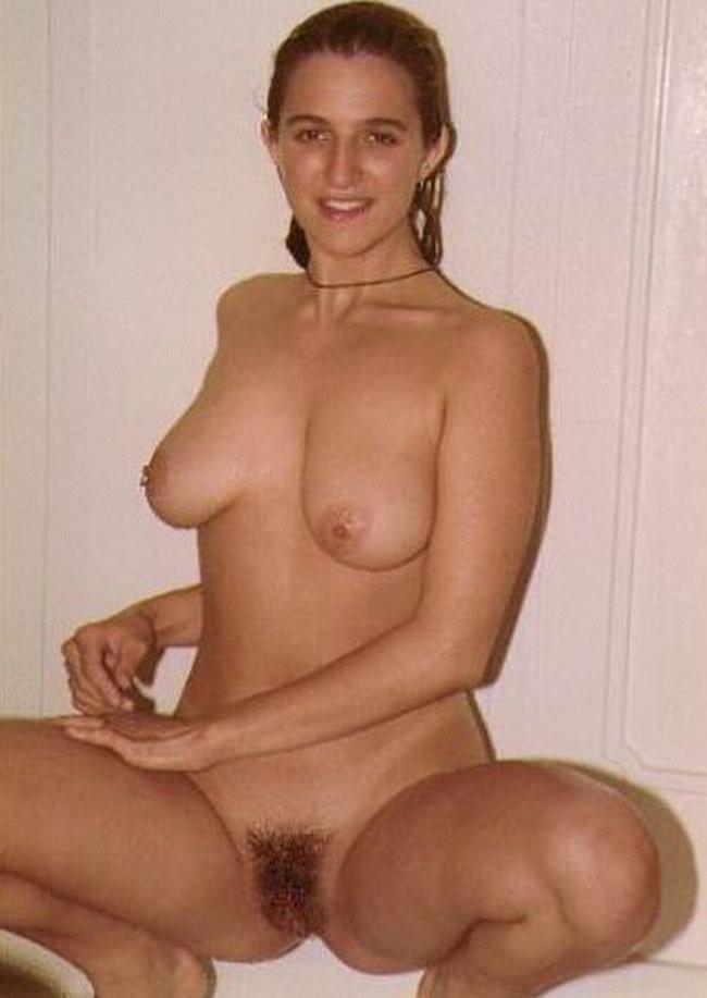 Молодые девушки целуют соски и просто стоят голыми