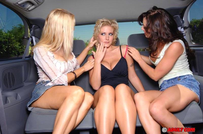 Три красотки катаются в лимузине, а затем приезжают домой, чтобы ублажать друг друга разными предметами
