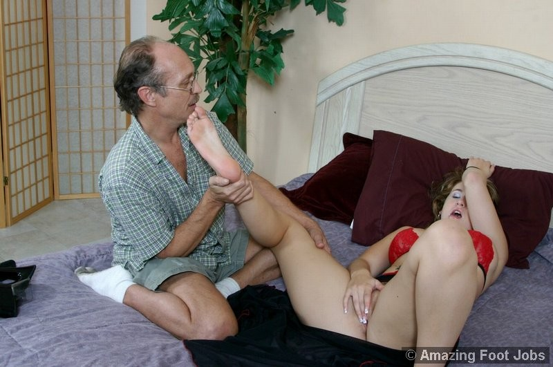 Пожилой мужчина полизал ноги у молодой девки, а она потрогала его маленький пенис своими ступнями