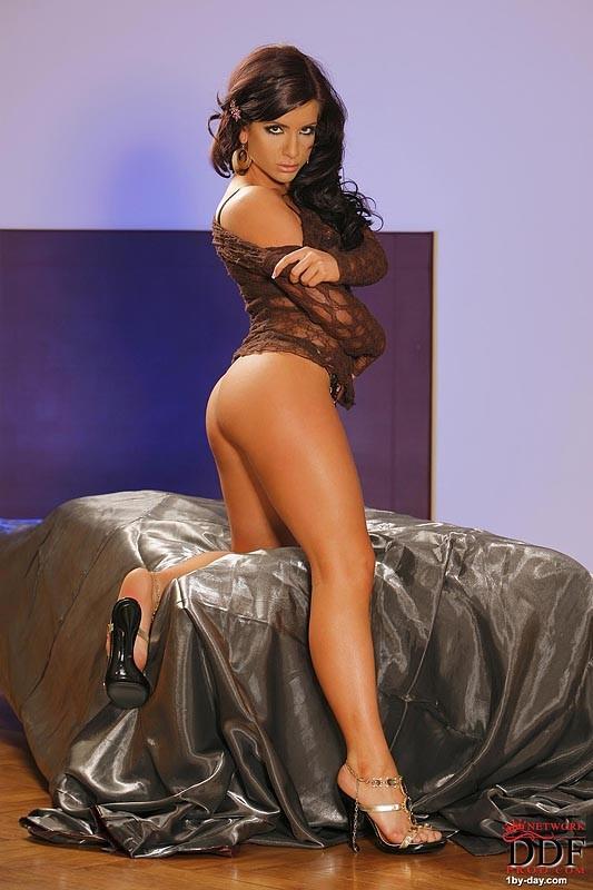 Загорелая красотка Гия любит похвастать роскошным телом, поэтому устраивает незабываемое соло
