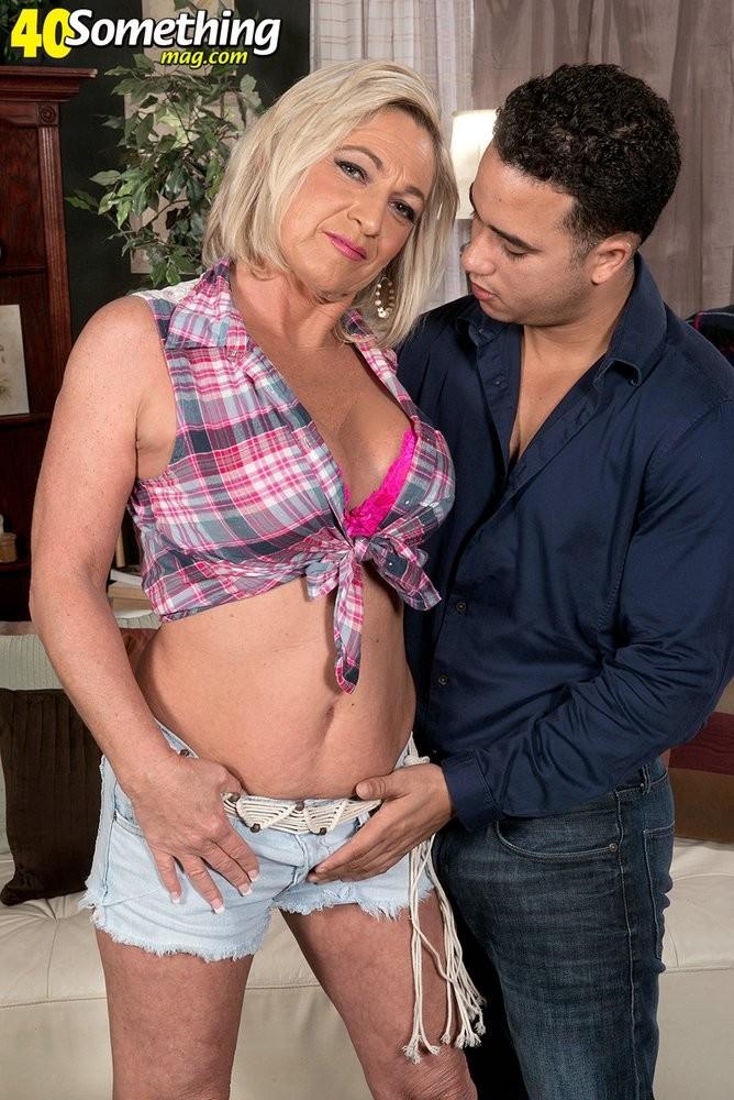 Брэнди Джеймс позволяет себя трахать молодому мужчине, а он кайфует от ее большого опыта