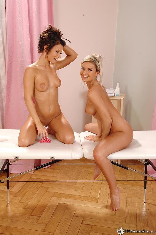 Блондинка приходит на массаж, но все заканчивается лесбийскими ласками и обливанием маслом