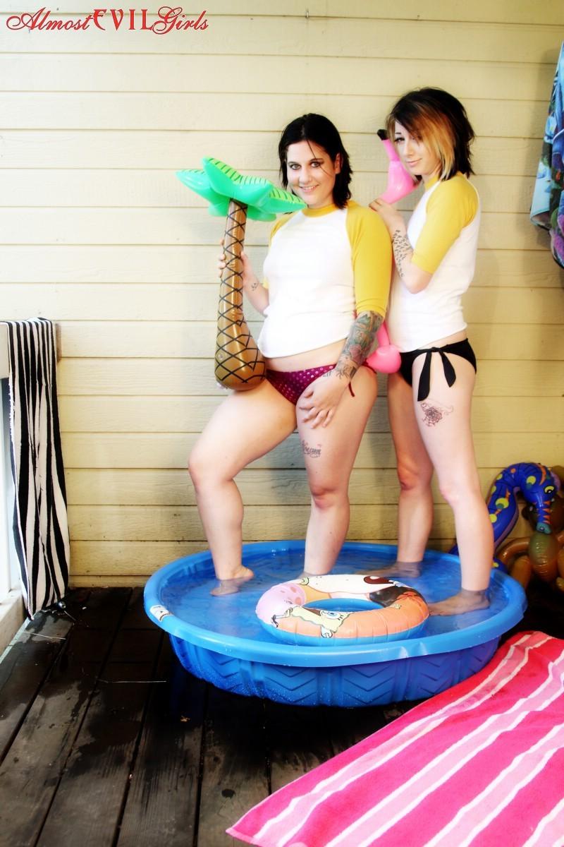 Лесбиянки залезли в небольшой бассейн, и помогают друг другу раздеться, а уж потом будут показывать большую жопу и аккуратную дырку