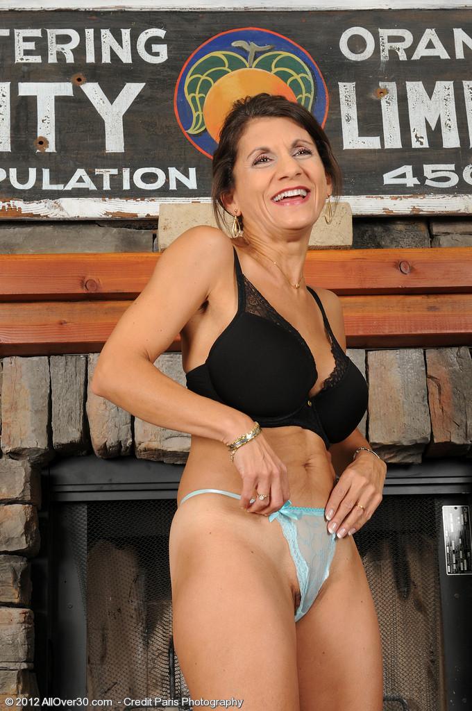 Женщина 48 лет без стеснения показывает свою дырявую и волосатую пизду
