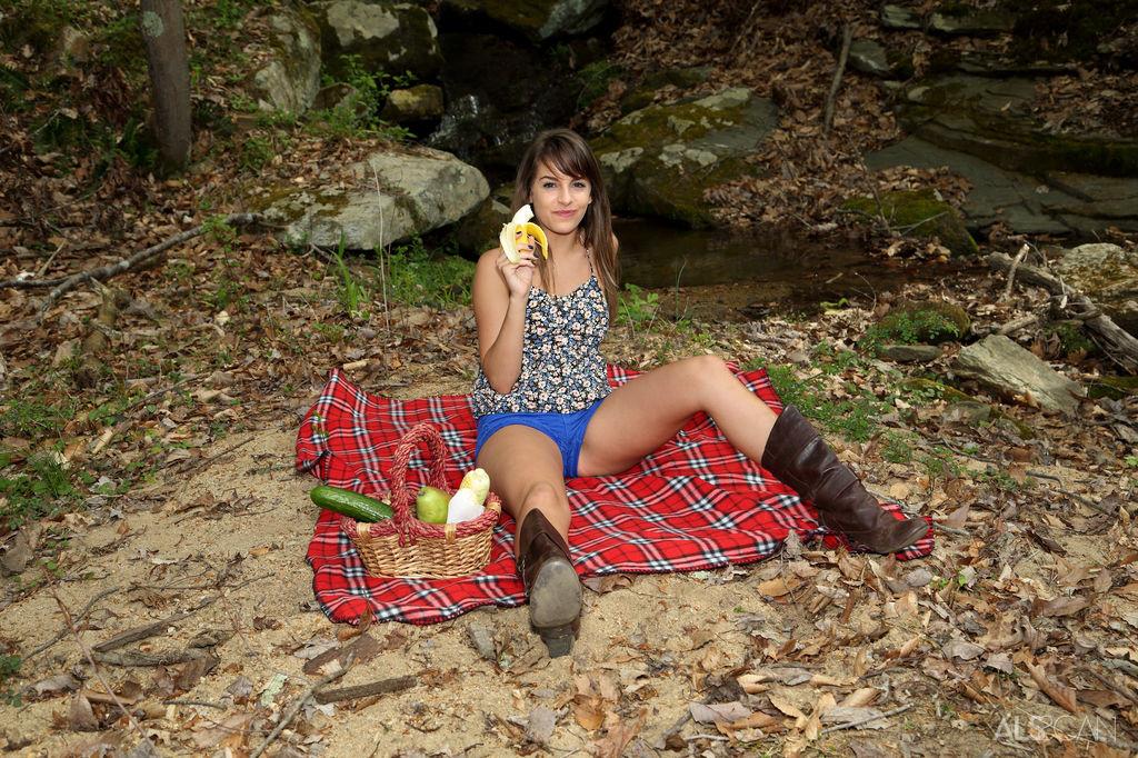 Кимми Грейнджер взяла на пикник кучу еды, в том числе и большой огурец с кочаном кукурузы для своей пизды