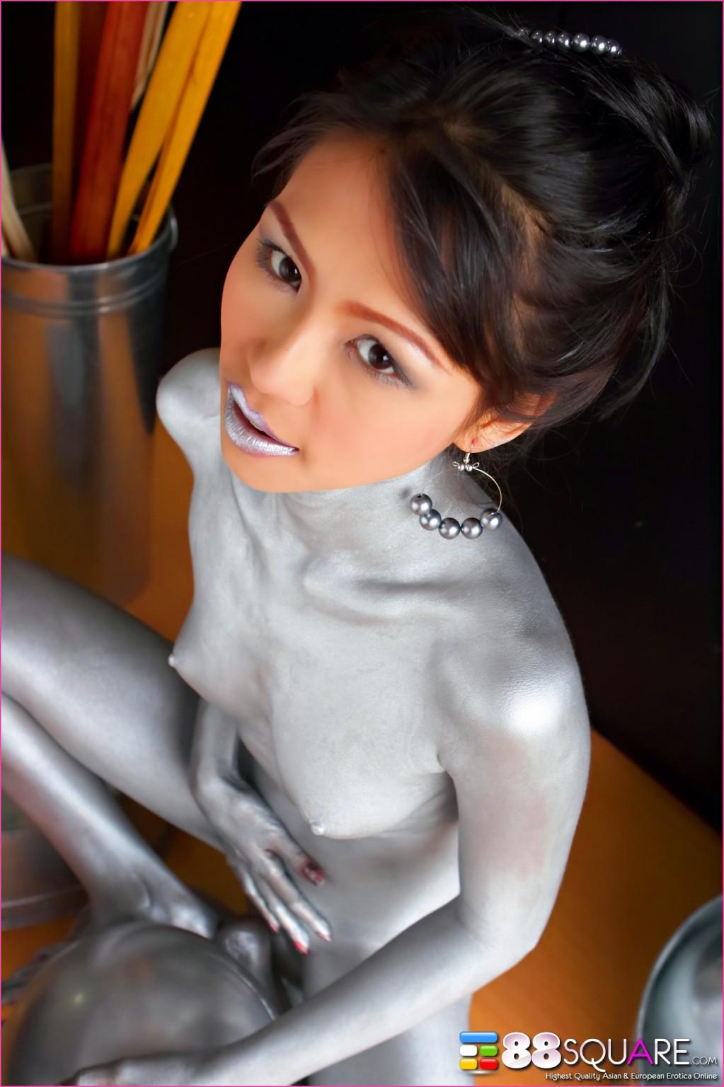 Азиатская девушка Наоми, покрыта серебристой краской, трахает розовую красивую пизду вибратором
