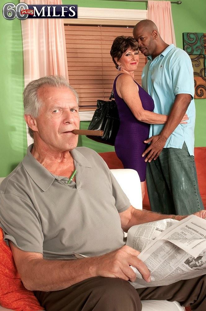 Пожилую женщину ебет негр, а она сосет у мужа