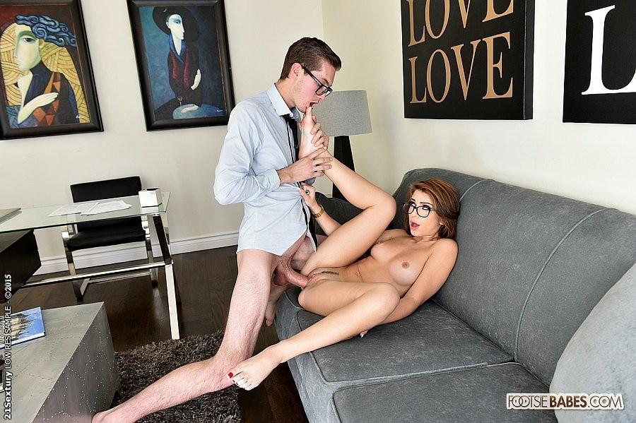 Джослин дрочит хуй ногами боссу