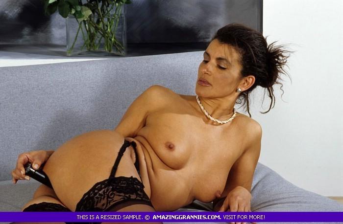 Зрелая дамочка показывает без стеснения свое тело, позволяя наслаждаться каждым сантиметром
