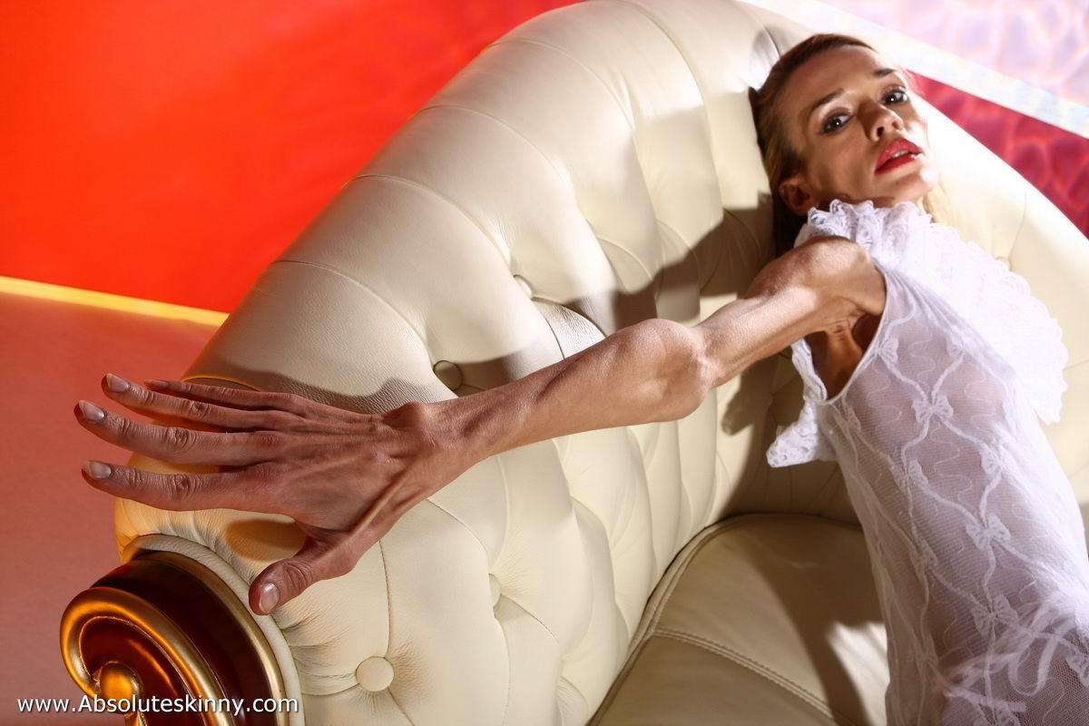 Очень худая балерина Ирина, позирует в белом нижнем белье и зачем-то показывает свою грудь