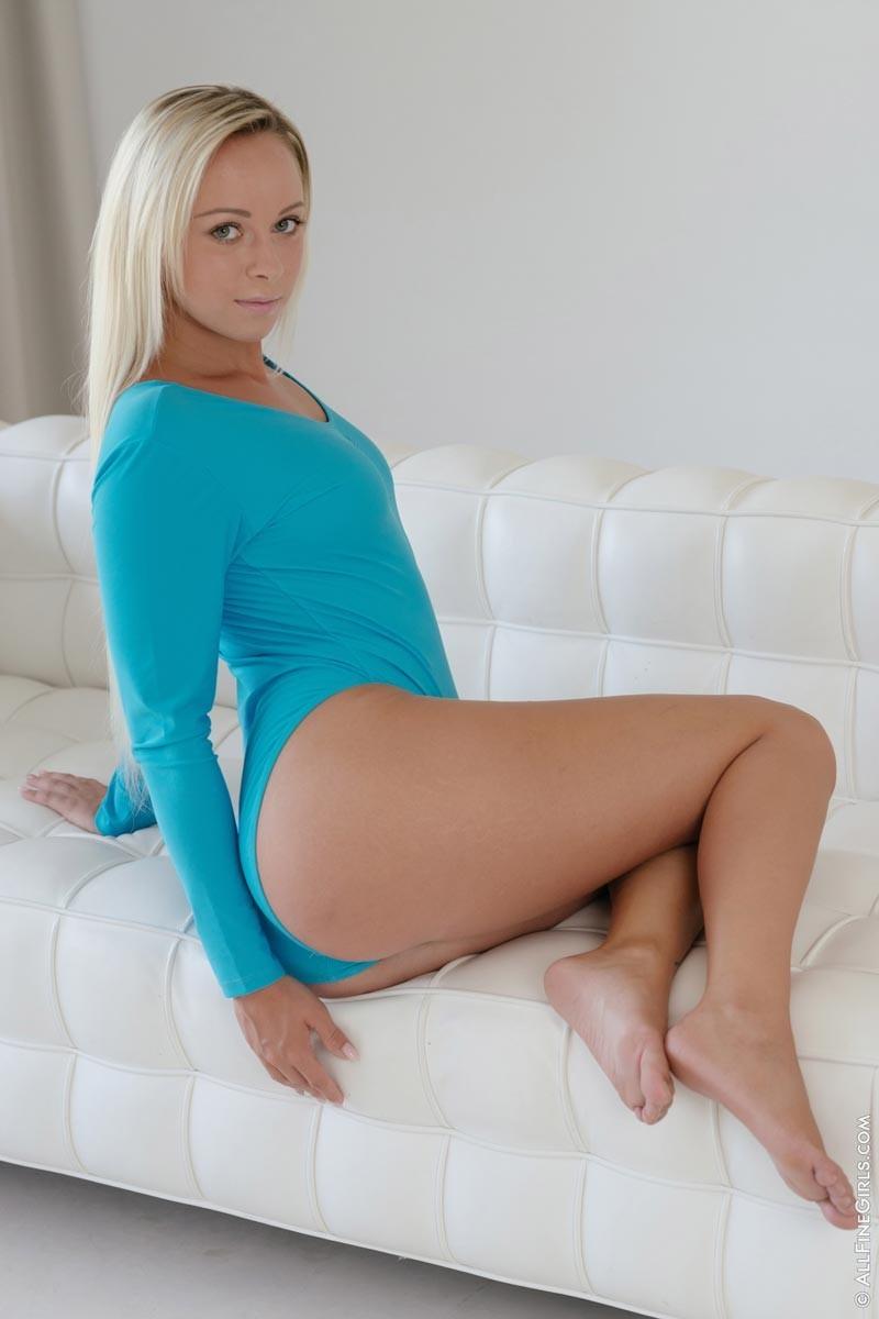 Шикарная блондинка с хорошим телом раздевается перед камерой, чтобы похвастаться своими изгибами