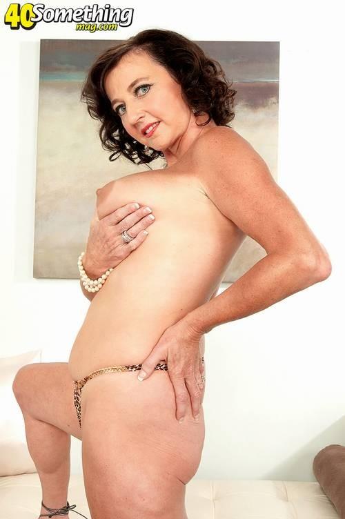 Соло Синди Стар,  зрелая домохозяйка с большими сиськами крутит свои тугие соски и ложится на белый диван